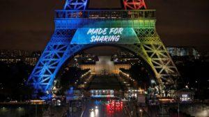 エッフェル塔に表示された2024年パリオリンピック・スローガン『メイド・フォー・シェアリング』